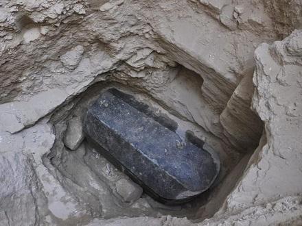 Un exceptionnel sarcophage en granit noir de l'époque ptolémaïque découvert à Alexandrie