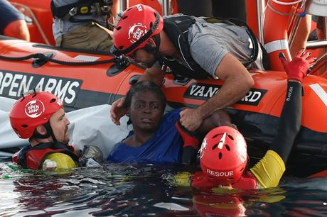 Polémique autour du sauvetage d'une migrante miraculée au large de la Libye