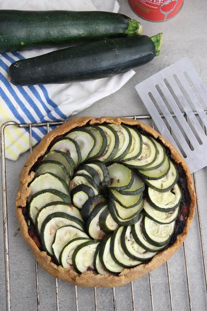 Cuillère et saladier : Tarte rustique courgette-tomate-tapenade