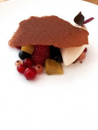 Fruits rouges, rhubarbe, crumble amande © Gourmets&co