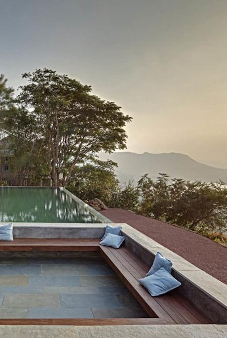 béton et bois extérieur piscine débordement terrasse vue sur lac montagne