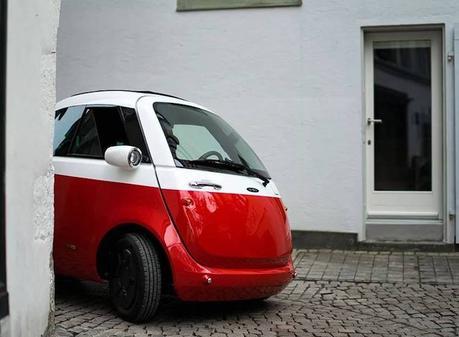 Cette voiture électrique au design rétro se recharge sur n'importe quelle prise de courant !