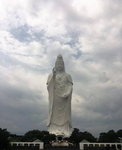 L'impressionnante statue de Kannon, bodhisattva et déesse de la compassion à Sendai