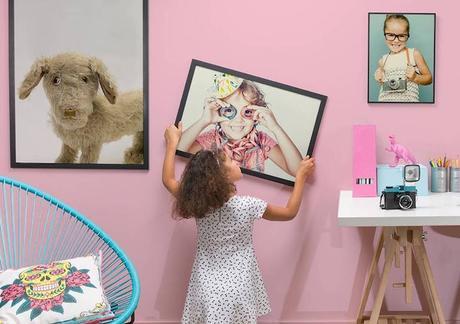 accrocher un poster mur rose chambre petite fille blog deco clemaroundthecorner