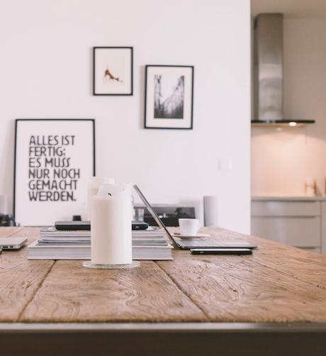 accrocher un poster mur de cadres salon scandinave blog déco clemaroundthecorner