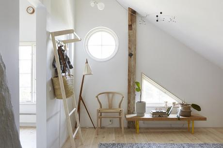 Suède / Une maison près d'un lac paisible /