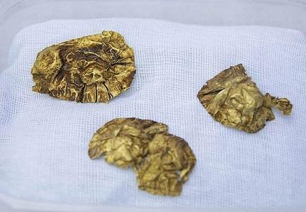 Des bijoux en or découverts dans un tertre funéraire situé dans les montagnes du Kazakhstan