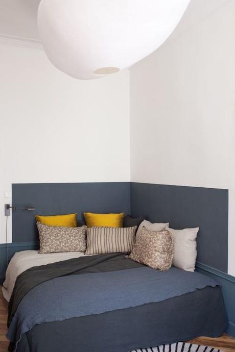 chambre dans salon coin repos peinture bleu marine