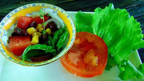 Salade de pastèque, maïs, tomates et haricots rouges
