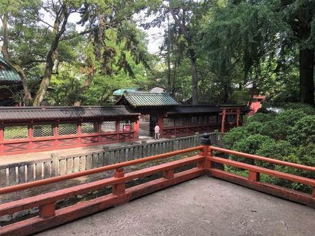Le calme du magnifique sanctuaire shinto Nezu-jinja à Tokyo