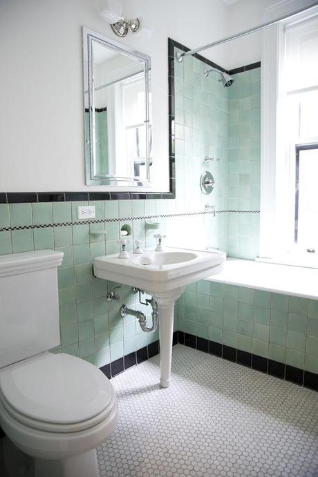 salle bain rétro blanc turquoise sol mosaique octogonale nuance de vert