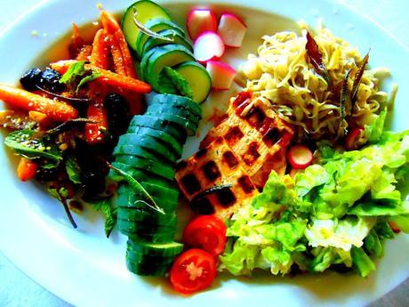 Gaufres de tofu BBQ, carottes au dukka et olives marocaines, et verveine citronnelle frite