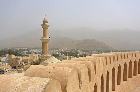 Fichier:Nizwa Fort and Minaret of Friday Mosque.JPG