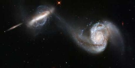 Débit gravitationnel de 2 masses en interaction