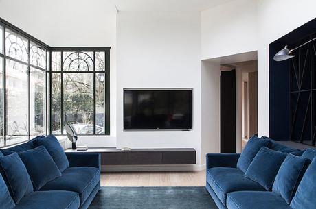 salon noir et blanc canapé velours bleu canard maison de 210m2 blog deco clemaroundthecorner