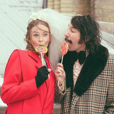 Ils réalisent leurs photos de mariage en mode 70's