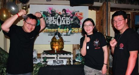 Sangkyu Youn, PDG de NS Studio, Hyejung Song, PDG de NeoBricks, et InKwon Kim, PDG de Neowiz, célèbrent le premier anniversaire de Black Squad sur Steam.