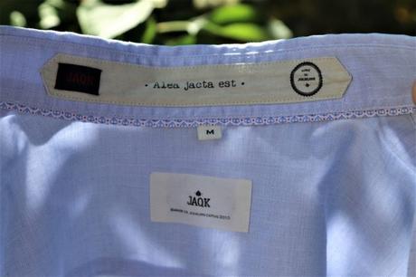 Col intérieur de la chemise : Alea jacta qui signifie« le sort en est jeté », ou « les dés sont jetés » prononcée par Jules César