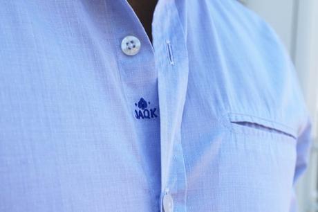 La broderie fine et élégante est l'une des forces de la maison JAQK. Elle s'affiche encore ici sur cette chemise, sur le torse entre 2 boutons.
