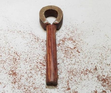 pendentif croix de vie en bois en cours de fabrication