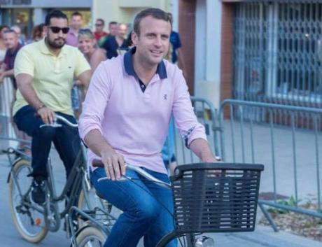 Le Président Macron ne préside pas, il parade…