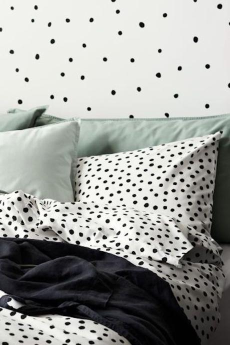 aménager 20m2 parure de lit pois sobre coussin couverture