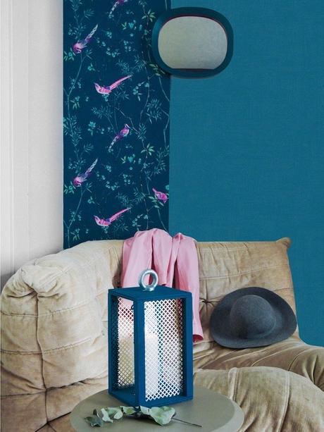 papier peint de l'année 2019 fauteuil togo beige velours mur de couleur bleu tapisserie décoration bougie feutrine - clem around the corner - blog déco
