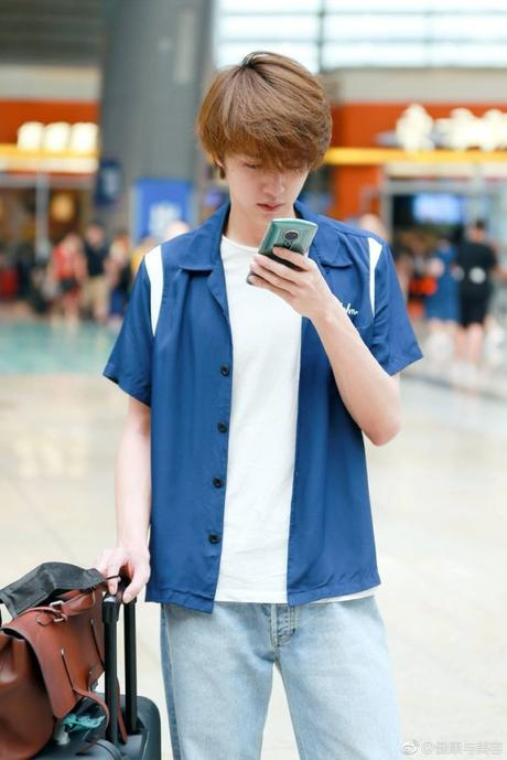STYLE : Darren Chen 官鴻  wearing a Sandro shirt