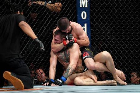 Conor McGregor vaincu par Khabib Nurmagomedov dans une ambiance de chaos