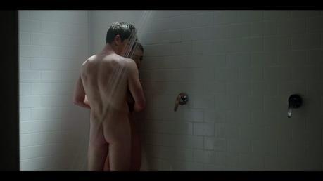 ÉLITE : Lu et Guzmán surpris dans les douches du vestiaire dans l'épisode 1