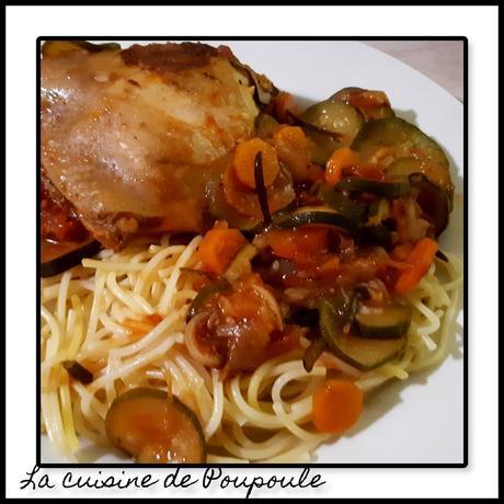 Poulet mijoté aux carottes et courgettes, parfumé au vin blanc et au romarin
