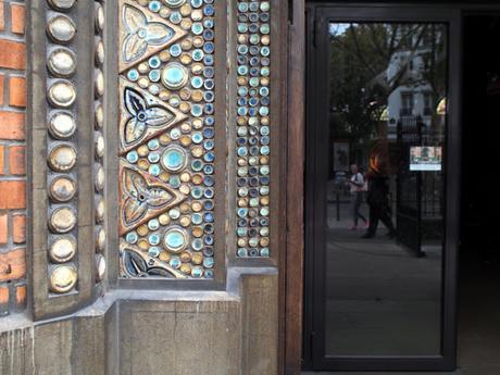 Place des Abbesses, ciment armé et mosaïque