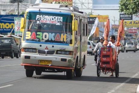 Indonésie : la ville de Surabaya offre un trajet gratuit en bus en échange de bouteilles plastiques