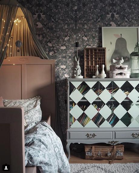 la-maison-boheme-delin-wallin-chambre-enfant-avec-papier-peint-fleuri