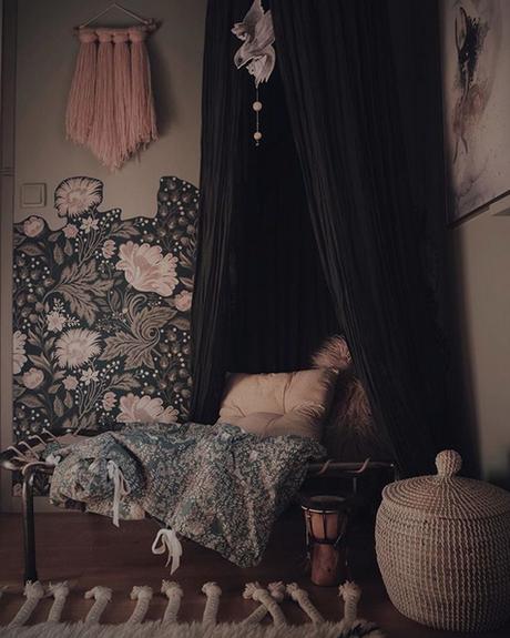 la-maison-boheme-delin-wallin-chambre-avec-papier-peint-fleuri