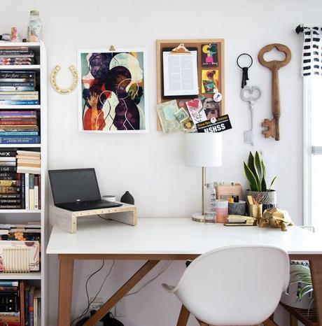 appartement maison minimaliste blanc bureau chaise ordinateur tableau afro décoration clemaroundthecorner blog déco