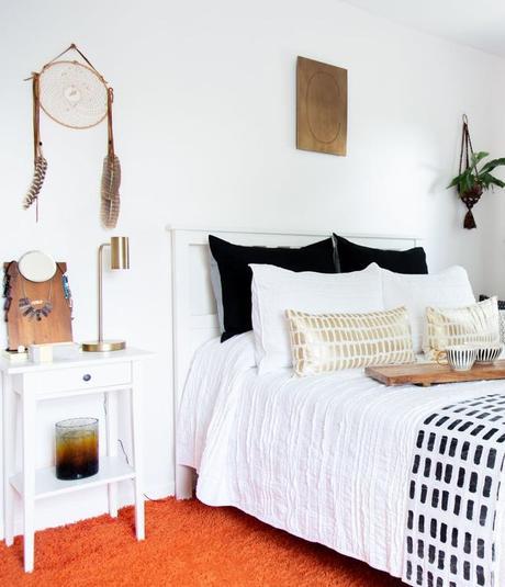 appartement minimaliste lit linge blanc ethnique noir tableau tapis orange afro clemaroundthecorner blog déco