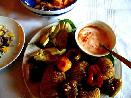 Plateau de pommes de terre Hasselback et poivrons avec garnitures