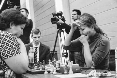 Lors des départages du 1er tour, la Russe Alisa Galliamova (2432) se qualifie aux dépens de la Kazakh Guliskhan Nakhbayeva (2367) en la battant sur le score de 1½ à ½ en cadence rapide - Photo © site officiel