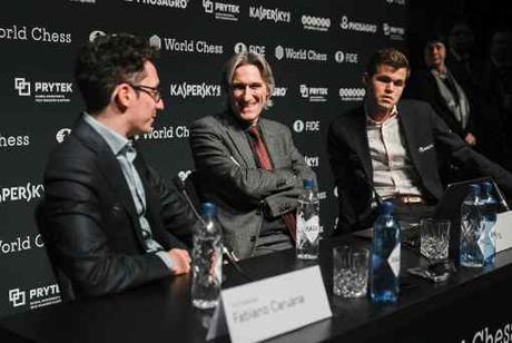Avec les Noirs, l'Américain Fabiano Caruana a annulé face au Norvégien Magnus Carlsen dans la partie 7 du championnat du monde d'échecs - Photo © site officiel