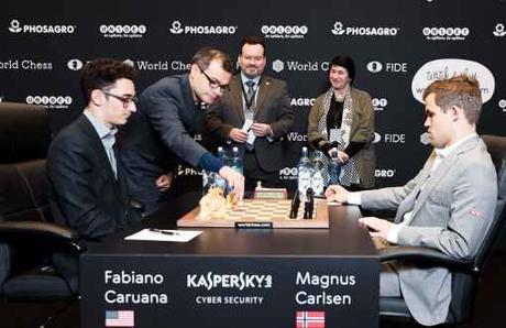 Avec les Noirs, l'AmĂŠricain Fabiano Caruana a annulĂŠ face au NorvĂŠgien Magnus Carlsen dans la partie 7 du championnat du monde d'ĂŠchecs - Photo © site officiel