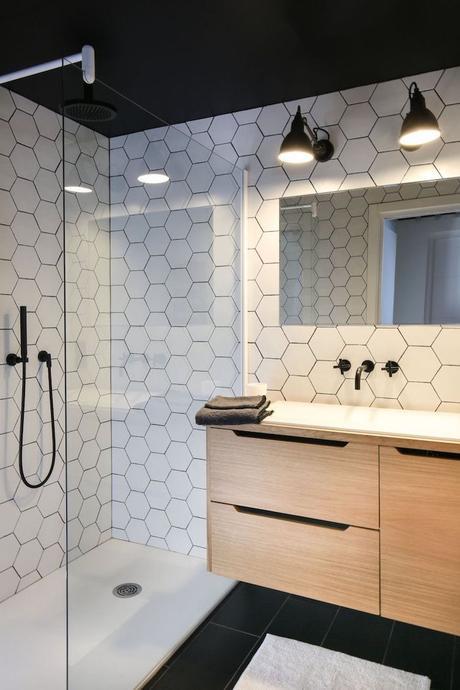 deco graphic sale de bain géométrique noir et blanc meuble bois