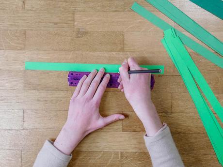 bricolage de noel etape 3 papier vert crayon regle