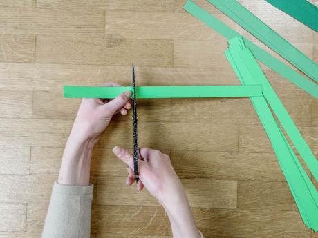 bricolage de noel etape 5 ciseaux papier vert bande