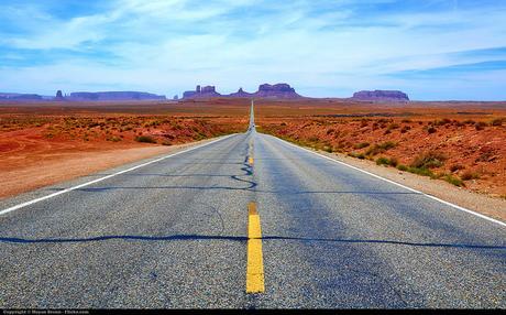 Une route aux USA qui mène à Monument Valley