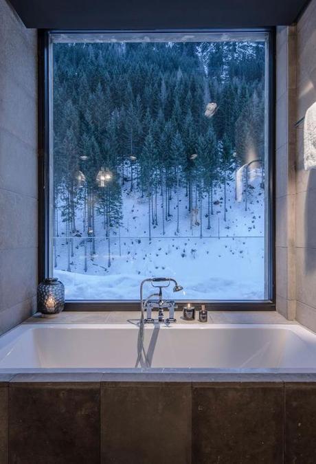hôtel chic en pleine montagne salle de bain vue sur forêt tyrol autriche blog déco clem around the corner