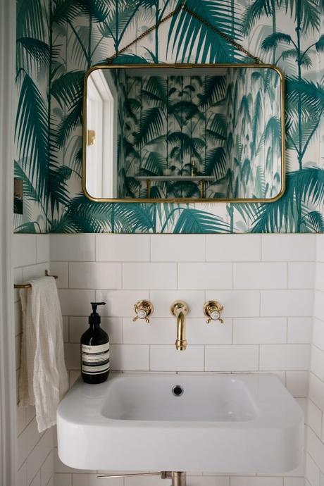 salle de bain theme nature papier peint tropical feuille palmier miroir laiton - blog déco - clem around the corner