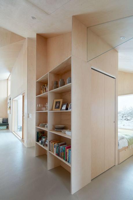 chalet design en norvège chambre ouverte salon étagère bibliothèque blog déco clem around the corner