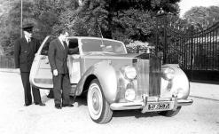 1956_La fameuse photo de Bernard Buffet posant à côté de sa Rolls-royce Phantom IV