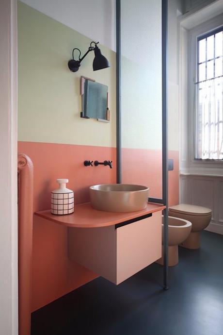 couleur de l'année pantone 2019 salle de bain tricolore blush original corail living coral vert bleu foncé blog déco clem around the corner